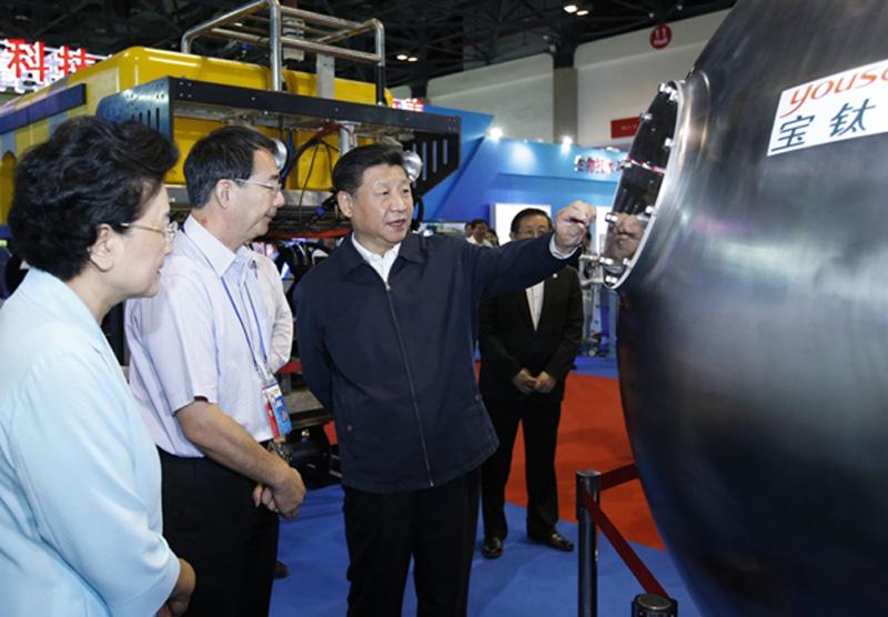 习近平参观宝钛研制的深潜器载人球舱